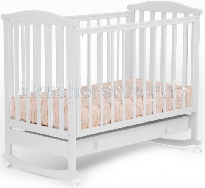Детская кроватка Кубаньлесстрой АБ 15.1 Лютик качалка с ящикомАБ 15.1 Лютик качалка с ящикомДетская кроватка Кубаньлесстрой АБ 15.1 Лютик качалка с ящиком - простая и функциональная. Конструкция кроватки выполнена из натурального дерева - массива бука. Древесина бука - идеальный материал для детской мебели, экологически чистый, не боящийся влаги и долговечный, а на покрытие идут только нетоксичные краски и лаки. К тому же природный цвет дерева оказывает благотворное, успокаивающее воздействие на человеческую психику, вызывая чувство уюта и комфорта. Малышам в первые месяцы жизни безусловно придется по нраву такая особенность кроватки, как качалка.   3 уровней дна 3 уровня опускающейся передней стенки съемная передняя стенка три вынимающиеся рейки защитные накладки самоориентирующиеся колеса с фиксатором (съемные)  отсутствуют острые углы  древесина обработана экологически чистым лаком  габаритные размеры в собранном виде (мм) (ДхШхВ): 1250 х 720 х 1080 размер спального места(мм): 1200 х 600 вес в упаковке: 24.9 кг габаритные размеры упаковки: 1250 х 740 х 140 размер ящика: 1055 х 430 х 165   В расцветке слоновая кость цвет ложа может быть белым (зависит от поставки).  Кроватка с 3-мя съёмными рейками на передней стенке<br>