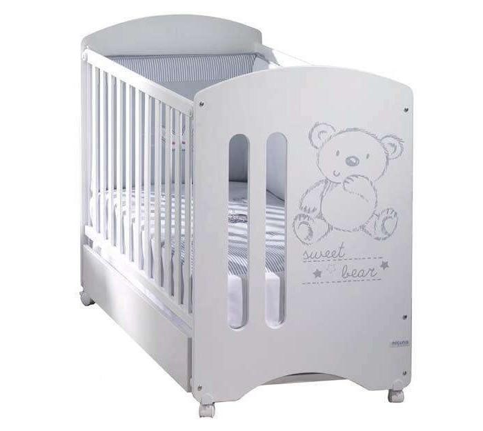 Детская кроватка Micuna Sweet Bear 120х60 с матрацем CH-620Sweet Bear 120х60 с матрацем CH-620Детская кроватка Micuna Sweet Bear 120х60 с матрацем CH-620  Очаровательный мишка, использованный в декоре Micuna Sweet Bear, обязательно понравится Вашему малышу и привнесёт в комнату ребёнка атмосферу тепла и уюта. Эта мебель удобна в использовании и прекрасно вписывается в интерьер детской комнаты.   Кроватки испанской компании Micuna изготавливаются в Валенсии из экологически чистых материалов. В первую очередь, это бук – традиционное дерево для мебели и музыкальных инструментов. Элементы из МДФ – материала, созданного без применения эпоксидных смол и фенола на основе природного полимера лигнина, дополняют конструкцию. Краски и лак, которыми покрывают кроватки, приготовлены из натуральных компонентов и не создают вредных испарений.   бортик кроватки опускается ложе регулируется по высоте – 2 позиции посредством снятия бортика кроватка легко превращается в диванчик материал: бук, МДФ в комплект не входит ящик для кровати, но его можно заказать дополнительно<br>