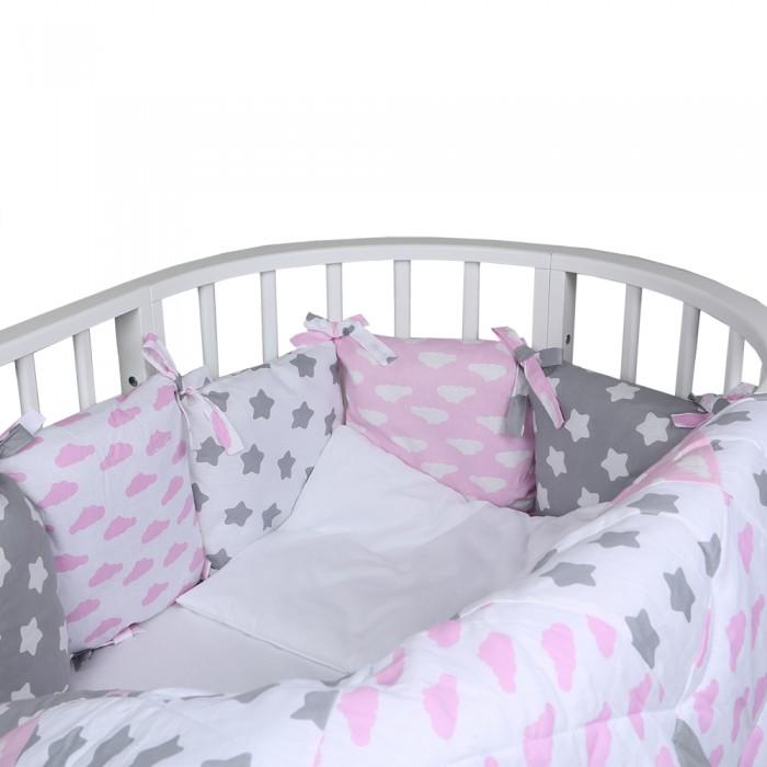Комплект в кроватку Alis Кубики (5 предметов)Кубики (5 предметов)Комплект в кроватку Alis Кубики (5 предметов) засыпая в кроватке, застеленной нежным, красивым и стильным комплектом белья, малыш погрузится в самые сладкие сказочные сны. Комплект рассчитан специально для малышей. Материал отличается необыкновенной мягкостью и шелковистой фактурой. Прочная и плотная ткань с диагональным переплетением хлопковой нити. Несмотря на повышенную плотность, этот материал отличается необыкновенной мягкостью и шелковистой фактурой.   В комплект входят: наволочка 40 х 60 см подушка 40 х 60 см одеяло 110 х 140 см простынь 100 х 150 см  12 бортиков - подушек 30 x 30 см. со съемными чехлами.<br>