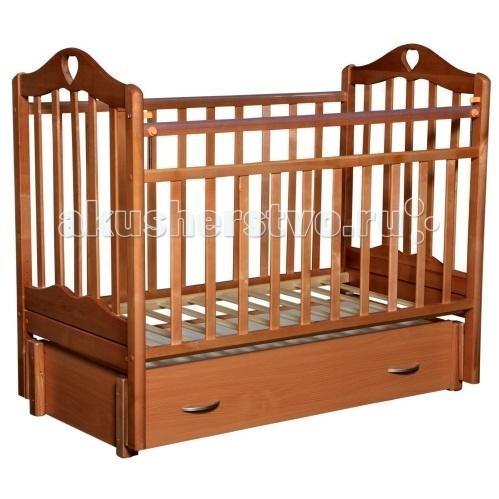 Детская кроватка Антел Каролина 6 маятник продольныйКаролина 6 маятник продольныйДетская кроватка Антел Каролина 6 маятник продольный с привлекательным дизайном наверняка придется по вкусу и родителям и малышу.   Кроватка выполнена из экологически чистой древесины березы и оснащена маятниковым механизмом продольного качания. Кроватка имеет два уровня регулировки высоты ложа. Переднее боковое ограждение также регулируется по высоте, что облегчает контакт мамы с ребенком.   Производители предусмотрели специальные накладки (грызунки) в верхней части боковых ограждений. Грызунки, изготовленные из высококачественного силикона, делают безопасным контакт ребенка с деревянной поверхностью.  Особенности: механизм укачивания: продольный маятник регулируемое по высоте ложе (2 положения) силиконовые накладки (грызунки) съемное переднее ограждение закрытый выдвижной ящик Покрыта нетоксичными и безвредными для здоровья детей лаками.<br>