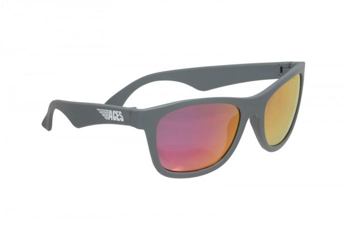 Солнцезащитные очки Babiators Aces Navigator 6+Aces Navigator 6+Солнцезащитные очки Babiators Aces Navigator 6+ это солнцезащитные очки повышенной крутости для детей от 6 лет с зеркальными линзами и потрясающими аксессуарами.  Особенности: с аксессуарами. С каждой парой очков в комплекте идёт классный тонкий чехол и салфетка для протирания линз  безопасные: линзы UV400 на 100% защищают от UVA и UVB и проходят жёсткое тестирование, чтобы убедиться, что они полностью безопасны для вашего ребёнка  прочные. Оправа из специальной гибкой резины и ударопрочные линзы не сломаются, даже если вы будете их крутить и гнуть! Поверьте. Мы пытались  классные. Зеркальные линзы – это крутая фишка наших классических авиаторов и новых навигаторов! Будьте уверены, они помогут вашему ребёнку сделать свой стиль неповторимым с гарантией. Хотите знать, что самое интересное? Если вы потеряете или сломаете их, то мы их заменим бесплатно! Вам останется лишь оплатить доставку  размер. Aces подходят большинству детей в возрасте 6 лет. В каждом конкретном случае вид будет зависеть от размера головы.<br>