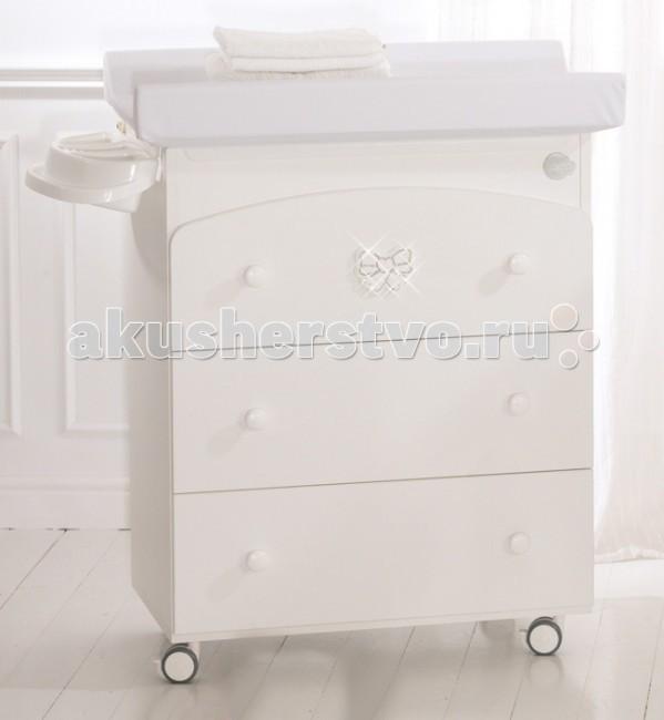 Комод Baby Expert Fiocco пеленальный (3 ящика)Fiocco пеленальный (3 ящика)Комод Baby Expert Fiocco пеленальный (3 ящика) - это стильный и многофункциональный предмет интерьера, идеально подходящий для детской комнаты.   Комод выполнен с соблюдением европейских требований к детской мебели. Он создан из натуральных материалов и окрашен специальной нетоксичной краской на водной основе. Идеально гладкая поверхность – без неровностей и шероховатостей. Все элементы декора экологически безопасны. Комод многофункционален. На первых порах его можно использовать как бельевой комод и ванночку для купания. Под откидной крышкой находится детская ванночка. В такой комплектации комод удобнее всего установить на колесики, так как при использовании будет возникать потребность перемещения. Когда же малыш подрастет и перейдет купаться во взрослую ванну, то детскую ванночку можно вынуть, колесики демонтировать и заменить их ножками, которые идут в комплекте. Вы сможете использовать комод исключительно как бельевой.   Xарактеристики: 3 вместительных бесшумно выдвигающихся ящика для детских вещей пеленальная поверхность для удобства в уходе за малышом откидная верхняя крышка встроена анатомическая ванночка для купания, что значительно экономит свободное пространство оснащен 4 колесами с 2 стояночными тормозами  декор нежные банты со стразами Swarovski<br>