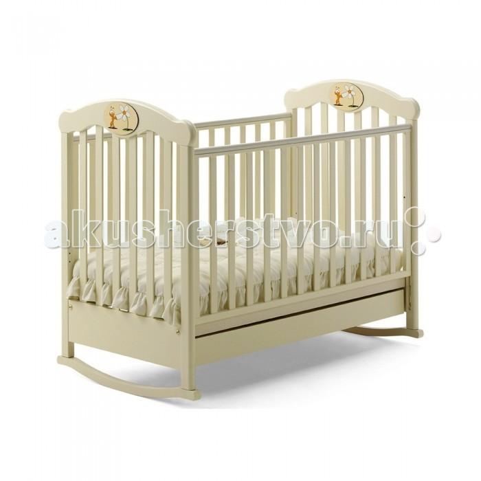 Детская кроватка Baby Italia Amica качалкаAmica качалкаДетская кроватка Baby Italia Amica качалка отличается изысканным дизайном и высочайшим уровнем качества. Спокойные пастельные оттенки отделки и плавные линии дизайна создадут в детской атмосферу уюта и тепла, а аппликация с веселым муравьишкой будет радовать глаз и поднимать настроение.  Кроватка Amica от Baby Italia благодаря своему высокому качеству исполнения обеспечит самые комфортные условия для отдыха и сна ребенка, а маятниковый механизм поможет ему расслабиться и заснуть.  Безопасность также на высоком уровне.  Изделие не имеет опасных деталей, каркас выполнен из качественного экологически чистого бука, лакокрасочное покрытие не токсично, боковые стенки имеют силиконовые накладки, которые защитят ребенка от травм, когда у него начнут резаться зубки.  Опускающаяся боковая стенка обеспечит легкий доступ к ребенку.  Колесики со стопором позволят легко перемещать кроватку, а выдвижной нижний ящик будет полезен для хранения постельных принадлежностей.<br>
