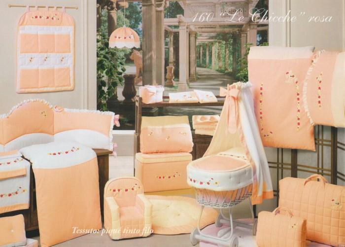 Постельное белье BabyPiu Le Chicche (4 предмета) в чемоданеLe Chicche (4 предмета) в чемоданеИзвестный мировой бренд BabyPiu славится уникальным дизайном и использованием только натуральных материалов. Постельные комплекты создают уютную атмосферу для полноценного отдыха Вашего ребенка.  Комплект постельного белья Babypiu выполнен из тканей первого сорта, отличается мягкостью для нежной кожи малыша. Ткани Пике rombetto в сочетании с классическим белым Пике Nido dape в вариации с Голубым и Розовым. Все ткани Пике Nido dape в вариации с белым.  Выcокое качество и утонченная работа от итальянских дизайнеров!  BabyPiu работает над тем, чтобы удовлетворить самые изысканные требования родителей и привить вкус к прекрасному у малышей с первых дней их жизни.  В комплекте:  простынь пододеяльник  наволочка  одеяльце для кроватки 150х11.<br>