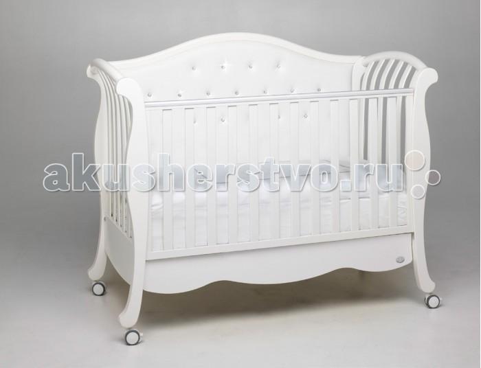 Детская кроватка Bambolina Divina Lux CristalloDivina Lux CristalloДетская кроватка Bambolina Divina Lux Cristallo выполненная в классическом стиле, станет великолепным украшением для любой детской.  Ложе и бортик регулируются по высоте, ящик для белья органично объединяется с кроваткой, двигается легко. Силиконовая накладка на бортике очень пригодится, когда малыш начнет пробовать на зуб все до чего сможет дотянуться.  Особенности: для малышей от с рождения до 3-х лет  Спинка из эко-кожи  бортик регулируется по высоте или снимается совсем дно имеет два положения  безопасное расстояние между планками до 6 см для того, чтобы не позволять ребенку застревать между ними ногами, руками или головой сетка матраса ортопедическая, с планками из букового дерева вместительный ящик для белья<br>