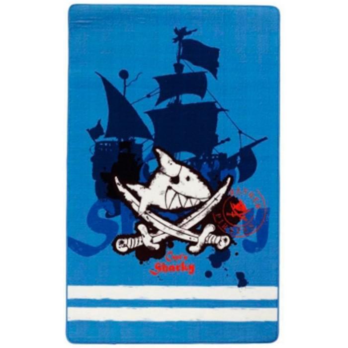 Boing Carpet Ковёр Captn Sharky 305Ковёр Captn Sharky 305Ковёр Captn Sharky 305 в виде пиратского флага идеально подойдет для оформления дизайна в пиратском стиле. Он непременно понравится мальчишкам, увлеченным пиратской тематикой.   Теплый, мягкий и не прихотливый в эксплуатации ковёр обладает повышенной цветостойкостью.  В состав волокон, используемых при производстве ковра входит Хитозан - вещество 100% натурального происхождения, обладающее антибактериальным свойством и нейтрализующее запахи.  Высота ворса составляет 10 мм.<br>