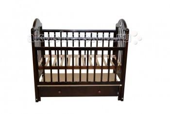 Детская кроватка Briciola - 10 маятник продольный- 10 маятник продольныйДетская кроватка Briciola-10 маятник продольный является идеальным решением для ребенка – здесь все продумано для удобства и полной безопасности.   Такая кроватка будет уместно смотреться при любом интерьере помещения, благодаря своему классическому дизайну.  Особенности: Размеры ложа: 120х60 см Изделие выполнено из натуральной древесины – массива березы Маятниковый механизм на подшипниках ускорит процесс засыпания ребенка. Также имеется специальный фиксатор, который предотвратит раскачивание Ложе ортопедическое, реечное Допустимо расположения подматрасника на двух уровнях, что удобно по мере роста крохи Передняя стенка для удобного доступа к малышу опускается или, вообще откидывается, тем самым, кроватка трансформируется в диванчик На бортах имеется ПВХ-накладки, если у карапуза начинают резаться зубки Бортики реечные. Ламели расположены на удобном друг от друга расстоянии, чтобы между ними не застревала головка, ручки и ножки ребенка В нижней части изделия располагается вместительный ящик, куда можно сложить все вещи малыша, начиная от игрушек и заканчивая средствами гигиены Все углы сделаны плавными – риск получения травмы сведен к минимуму<br>