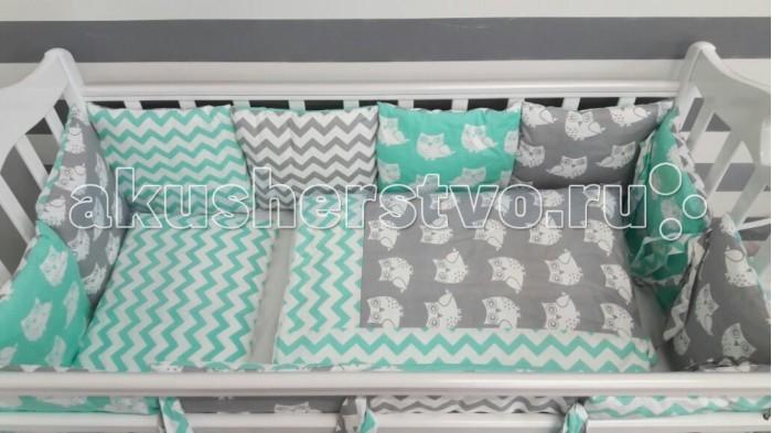 Комплект в кроватку ByTwinz Совы (6 предметов) с бортиками-подушкамиСовы (6 предметов) с бортиками-подушкамиКомплект в кроватку By Twinz Совы (6 предметов) с бортиками-подушками - удобный, стильный, красивый комплект в кроватку для ваших малышей.  В комплект входит:  бортики-подушки на завязках со сьемными наволочками - 12 штук размером 30 х 30 см каждая простынь на резинке для кроватки 120 х 60 и 125 х 65 см наволочка 36 х 46 см подушка 35 х 45 см пододеяльник 105 х 145 см одеяло 100 х 140 см Комплект из 100% хлопка Наполнитель в подушках холофайбер гиппоаллергенный, экологически чистый Наполнитель в подушке детской и одеяле холофайбер.<br>