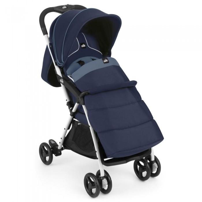 Прогулочная коляска CAM CurviCurviПрогулочная коляска CAM Curvi – удобная и изящная коляска со смелым и эффективным дизайном. Удовлетворит даже самых требовательных и заботливых родителей своей надёжностью и функциональностью.  Прогулочная коляска рекомендована производителем для крохотулек от рождения, так как спинка раскладывается многопозиционно, и до 3-х лет.   Узкое шасси (53 см) коляски позволит с легкостью проезжать дверные проемы и маневрировать маленькими тропами. А небольшой вес (5,9 кг) Cam Curvi, при полноценных размерах сиденья, оценят все родители без исключения.   Порадует мамочек большой капор, который опускается к бамперу, предоставляя максимум защиты малышу и наличие внушительного чехла на ножки с дождевиком.  Особенности прогулочной коляски Cam Curvi: коляска соответствует европейскому сертификату качества EN 1888; в производстве используются нетоксичные и без фталатные материалы мягкое широкое и глубокое армированное сиденье с прочным алюминиевым шасси спинка коляски плавно опускается в нескольких позициях, благодаря системе на ремнях откорректировать возможно и подножку Cam Curvi, опустив ее вниз или зафиксировав горизонтально в наличии имеется бампер, который просто снимается сдерживать ребеночка будут 5-ти бальные ремни безопасности, они настраиваются по высоте и объему укрыть дитя от солнышка или ветра поможет многосекционный капюшон, который раскрывается к самому бамперу задняя часть капюшона подворачивается, что позволит воздуху легко проникать внутрь коляски, обеспечивая ребенку комфортный микроклимат удобная родительская ручка связанная с системой складывания, котораяпозволит сложить коляску одной рукой амортизация передних и задних колес придаст плавности передвижения коляски по неровным дорогам передние поворотные колеса с блокировкой, они сдвоенные одинарные задние колесас синхронизированным ножнымтормозом нижняя корзина коляски открывается при помощи магнитов согреть малыша в прохладный день поможет чехол на ножки (в комплекте) съемну
