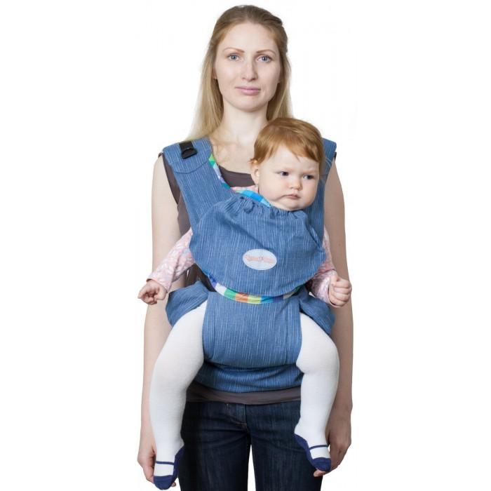 Рюкзак-кенгуру Чудо-чадо Слинг-рюкзак Бебимобиль ХипСлинг-рюкзак Бебимобиль ХипСлинг-рюкзак Бебимобиль Хип Чудо-чадо  Инновационное решение Идеален для переноски детей в возрасте от 4-х месяцев до 3-4 лет.  Оптимальное сочетание преимуществ слинга и рюкзачка теперь Вы можете получить в джинсовом варианте! Джинсовую цветовую гамму оживляет яркая синяя или красная вставка-карман.  Наиболее яркая особенность рюкзачка - регулируемая ширина сидения. Достаточно его немного раздвинуть и можно носить подросших детишек. Мягкое, удобное сидение подхватывает ребенка под коленки, обеспечивая физиологичную посадку с широко разведенными ножками. Вес малыша при этом распределяется равномерно, снижая до минимума нагрузку на нижние отделы позвоночника и тазобедренные суставы.  Кроме того, в БебиМобиль Хип Вы можете носить своего кроху как в рюкзаке за спиной.  Пояс анатомической формы защищает спину родителей от нагрузки за счет перераспределения веса с плеч на бедра.  Конструктивная особенность слинго-рюкзака «БебиМобиль Хип» - возможность носить ребенка лицом от себя. Благодаря этому расширяются возможности удовлетворить любознательность ребёнка и избежать одностороннего развития мышц при повороте шеи малыша.  Новая «изюминка»! Для нашего слинго-рюкзака не нужна дополнительная сумка - его можно быстро превратить в компактную «сидушку» на бедре у мамы, убрав рюкзачок во вместительный карман на поясе. Сложенный на поясе «БебиМобиль Хип» служит дополнительным удобным сидением для ребёнка на руках при необходимости преодолеть небольшое расстояние, например, до машины.  Кроме того, к Вашим услугам по-прежнему кармашек с резинкой для полезных мелочей на спинке рюкзачка.  Ткань – джинсовая, 100% хлопок. Подкладка из умягченной хлопковой ткани. Основные особенности: простота и комфорт плотный, но очень мягкий пояс анатомической формы возможность носить ребенка лицом от себя полезные кармашки возможность превратить в сумку («сидушку») на поясе идеален от 4-х месяцев до 3-4 лет   ВНИМАНИЕ! 