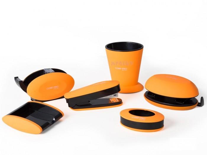 Comf-Pro Набор канцтоваровНабор канцтоваровComf-Pro Набор канцтоваров, 6 предметов: Степлер, стаканчик, дырокол, подставка под скотч и другие.  Исполнение возможно в двух цветах: оранжевый и зеленый.<br>