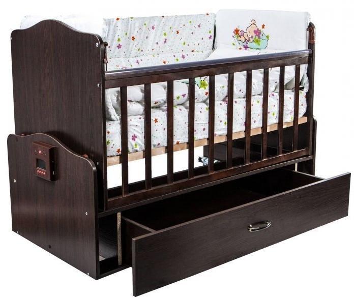 Детская кроватка Daka Baby Укачай-ка 02 поперечный маятникУкачай-ка 02 поперечный маятникДетская кроватка Daka Baby Укачай-ка 02 поперечный маятник   Кроватка трансформируется в диванчик, передняя стенка съемная.  Кровать может: Укачать Вашего малыша Спеть ему колыбельную Предупредить маму о холоде Дать маме немного передохнуть  Особенности:  Система естественного укачивания Еще находясь в утробе, малыш привыкает к естественному ритму укачивания и воспоминания об этом программируется в памяти на подсознательном уровне. Многочисленные исследования Института Педиатрии и The UCL Institute of Child Health (Великобритания) также подтвердили благотворность влияния укачивания на психоэмоциональное развитие ребенка и синхронизацию работы головного мозга с функционированием внутренних органов. Именно эти данные стали основой для разработки системы DAKA BABY. Специально для детской кровати Укачай-ка инженеры DAKA BABY создали уникальный механизм естественного качания. Благодаря запатентованной технологии механизма естественного укачивания, кроватка Укачай-ка бесшумно и безопасно укачает ребенка. Технология основана на принципе электронно-магнитного маятника, а практически полное отсутствие трения в деталях механизма исключает посторонние звуки и обладает высокой степенью износостойкости.  5 режимов амплитуды укачивания У каждого ребенка свои предпочтения – одному достаточно едва заметных укачиваний, другому нужны сильные ритмичные покачивания, а третий – уснет только при смене ритмов. В кроватке Укачай-ка учтены все нюансы – выбирая и комбинируя 5 различных режимов амплитуды, родители легко «настроят» кроватку именно под своего малыша. В детской кроватки от компании DAKA BABY вы легко сможете выбрать необходимый режим колебаний максимально приближенный к естественному укачиванию на маминых руках. Ваш малыш будет легко засыпать и спокойно спать в кроватке «Укачай-ка.  Температурный датчик Контроль температуры воздуха обеспечит комфортный и здоровый сон малыша, что позволит изб