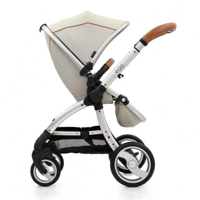 Прогулочная коляска Egg StrollerStrollerПрогулочная коляска Egg Stroller была создана в Великобритании, учитывая принципы осознанного родительства. Мягкие на ощупь ткани создают плавные волнистые и непрерывные линии, придающие коляске роскошный и стильный внешний вид. Незаурядная инженерия создает возможность совершенной перевозки ребенка и максимально легкого использования коляски родителями.  Изначально EGG поставляется, как прогулочная коляска для детей от 6 месяцев, но с легкостью может быть преобразована в коляску для новорожденного (с использованием люльки Carrycot),  систему для путешествий (с использованием переходников на детское автомобильное кресло 0+) и/или даже в коляску для двойни/погодок (с использованием переходников и кресле второго ребенка)   Шасси с удобной шириной 59 см складывается компактно одной рукой и его можно вертикально поставить в собранном положении. Блокирующиеся передние колеса, амортизация всех колес и не прокалываемые шины Tru-Ride Technology делают перевозку очень комфортной, плавность хода высокой, а управляемость превосходной.   Просторный и удобный прогулочный блок реверсивный, поэтому может быть установлен в любом из двух направлений движения: лицом вперед или к родителям, сиденье имеет 3 регулировки наклона и регулируемую подножку. Удобная, красивая и надежная ручка коляски с 5-мя регулировками по высоте выполнена из качественной экокожи.    Максимальная грузоподъёмность коляски до 25 кг для одиночного варианта, и по 15 кг на каждое сиденье в двойной версии.  Легкоснимаемый бампер из экокожи, повторяющий цвет ручки, большой и роскошный капор в 3 сложения, накидка на ножки, дождевик и москитная сетка включены в стандартную комплектацию и  обеспечивают максимальный комфорт и уют для ребенка и родителей.  Особенности: Мягкий благородный ход и хорошая управляемость британской коляски Складывание шасси одной рукой Реверсивный прогулочный блок (лицом вперед или к родителям) с глубоким сиденьем Ножной тормоз, сохраняющий чистоту обув