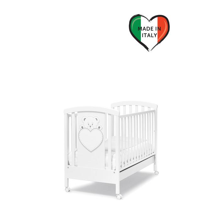 Детская кроватка Erbesi LuluLuluДетская кроватка Erbesi Lulu  – новая линейка кроватей для новорожденных, отличающаяся высоким качеством используемых материалов. Стильная и изящная, она обеспечит малышу крепкий и здоровый сон, а ее элегантный дизайн с элементами кристаллов Swarovski наполнит комнату атмосферой уюта и тепла.  Особенности: материалы: бук; лаки, краски – нетоксичные, гипоаллергенные высокие и безопасные боковины, регулируемые по высоте. Безопасное расстояние между ламелями (планочками бортиков) 45-65 мм реечное, ортопедическое дно, 2 уровня по высоте аппликация «Мишка с сердцем» и кристаллами Swarovski ящик для белья выдвижной  закругленные углы, соответствие европейским стандартам колеса: 4 съемных, 2 из них с блокирующим тормозом<br>