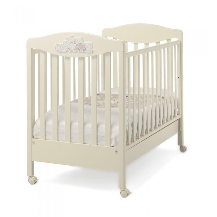 Детская кроватка Erbesi TippyTippyДетская кроватка Erbesi Tippy – необычайно изысканная, выполненная в утонченном итальянском стиле, она подарит Вашему малышу самые сладкие и добрые сны. Дно кроватки регулируется по высоте на двух уровнях, а бортики опускаются на 20-25 см, позволяя подстроить ее под размеры именно Вашей крохи. Вместительный выдвижной ящик в основании и четыре поворотных колесика, два из которых оснащены стопорами.  Особенности: Двухуровневое дно , в виде ортопедической сетки из деревянных планок или многослойной перфорированной фанеры (10 отверстий) Бортики опускаются на 20-25 см, позволяя подстроить кроватку под размеры и возраст Вашего малыша Вместительный выдвижной ящик с пластиковыми направляющими  устойчивые ножки  Колёса не прорезиненные со стопорами Безопасность полностью соответствует европейскому стандарту безопасности EN 716 Дизайн изысканный и оригинальный, выполнена в стиле коллекции Erbesi Cucu, декорирована аппликацией в виде милых медвежат и звездочек<br>