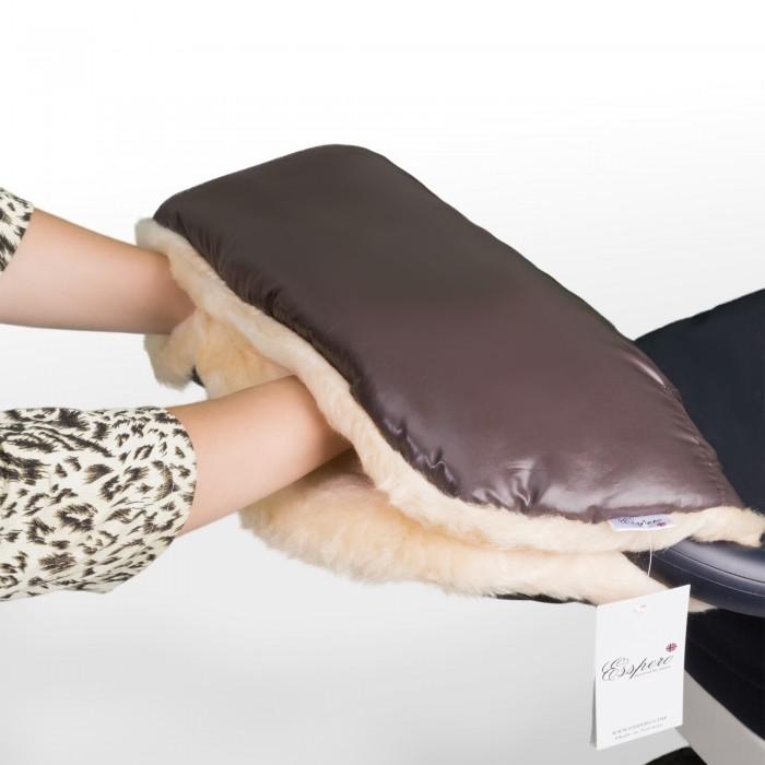 Esspero Муфта для рук на коляску DiazМуфта для рук на коляску DiazEsspero Муфта для рук на коляску Diaz. Новая модель муфты для рук Esspero Diaz из натуральной шерсти австралийской овцы и пропитаной ткани.   Универсальная утепленная муфта для рук для детской коляски любого типа, призвана обеспечить теплом ваши руки в холодный период.   Усовершенствованная модель имеет специальные резинки для более комфортного пролегания к рукам, а две дополнительные кнопки меняют конфигурацию по Вашему предпочтению.   Впервые муфту такого класса можно использовать не только в морозное время года, но и в дождливый период, так как мех прячется за непромокаемой тканью.   Не зависимо от типа детской коляски, классика - трость - книжка, муфта подойдет по креплениям и будет радовать Вас снова и снова, даже после смены коляски.  Шерсть вбитая в ткань<br>