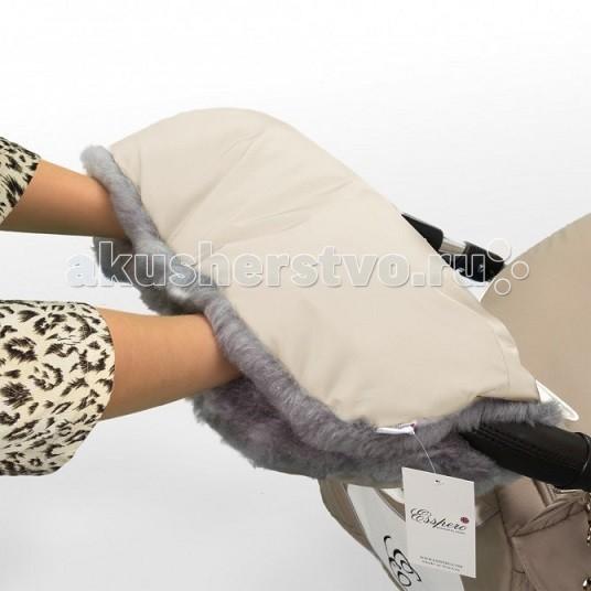 Esspero Муфта для рук на коляску Solana LuxМуфта для рук на коляску Solana LuxМуфта для рук на коляску Esspero Solana Lux зимняя муфта светло-бежевого цвета. Серый густой мех с переливами внутри будет греть Ваши руки всю зиму.   Верхнее покрытие водооталкивающее, непромокаемое и легко стирается.   Удобное расположение кнопок внутри надежно будет держать муфту на коляске и хранить тепло Ваших рук.   Улучшенная модель имеет специальные резиночки для более плотного прилегания муфты к рукам и две дополнительные кнопки для смены конфигурации по Вашему усмотрению.   Муфта для рук на коляску Esspero Solana Lux - отличный выбор для холодной зимы и переходной погоды в осенне-весенний период!  Муфта Esspero ткань верха плотная, непромокаемая внутри короткий искусственный мех кнопки расположены по периметру и по центру изделия подходит для любого типа коляски<br>
