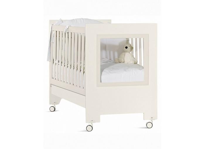 Детская кроватка Feretti Le ChicLe ChicКровать Feretti Le Chic украсит детскую вашего малыша.   Прозрачная боковая стенка кроватки.  Особенности: два уровня установки ложа и опускающаяся передняя планка позволит выбрать удобное положение для мамы и ребенка, в зависимости от его возраста передний бортик можно снять, трансформировав кроватку в изящный диванчик под ложем находится вместительный ящик на бесшумных направляющих ложе реечное, поэтому способствует правильной осанке ребенка и притоку воздуха к матрасу снизу у колес предусмотрен тормоз, чтобы легко передвигать и фиксировать кроватку на одном месте размер спального места 125 х 65 см материал массив дуба с элементами МДФ размер кровати: 95 x 130 x 74 см<br>