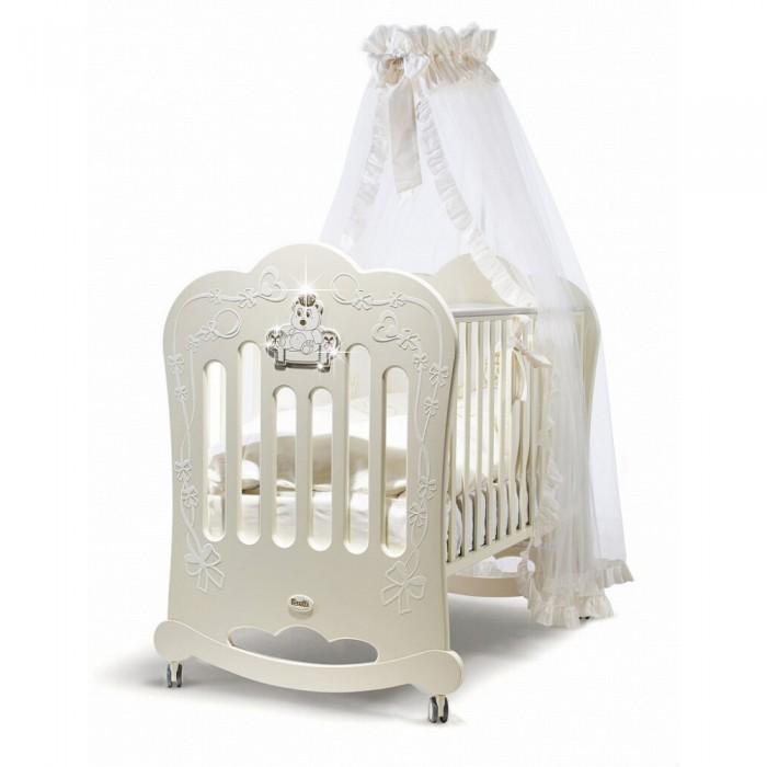Детская кроватка Feretti MajestyMajestyКровать Feretti Majesty изящный узор на боковых стенках, нанесенный методом флокирования, стразы и милые медвежата, резное окошко с пластиковым наличником — кроватка FERETTI Majesty несомненно достойна маленькой принцессы.   Кровать имеет удобное спальное место, регулируемое по высоте в зависимости от возрастных особенностей ребенка. Под дном кроватки для детских вещей есть ящик с автоматическим выдвижением при нажатии. Резные полозья позволяют укачивать ребенка перед сном, оказывают успокаивающее влияние своими движениями. К ним могут прикрепляться колеса с блокировкой, и кроватка становится статичным местом для сна. Тем не менее, благодаря колесам, которые не царапают поверхность пола, ее можно передвигать в различных направлениях.   Боковые реечные стенки устанавливаются по высоте с разницей 20-25 см как сподручнее маме. Кроватка не имеет острых деталей, о которые можно пораниться. Силиконовые накладки на боковинах защищают кроху от повреждений зубов и десен, ведь малыши любят пробовать на вкус разные вещи, изучая мир.   За здоровье ребенка не стоит беспокоиться — кровать полностью сделана из экологически безопасных материалов.  Особенности: от 0 до 5 лет материал: бук полозья для качания ортопедическое дно регулируемые боковые планки подъем дна силиконовые грызунки 4 съемных колеса бельевой ящик дизайн со стразами, флокированием и окошком спальное место: 125 х 65 см<br>