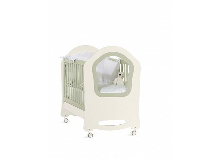 Детская кроватка Feretti PrincierPrincierКровать Feretti Princier украсит детскую вашего малыша.   Прозрачная боковая стенка кроватки.  Особенности: два уровня установки ложа и опускающаяся передняя планка позволит выбрать удобное положение для мамы и ребенка, в зависимости от его возраста передний бортик можно снять, трансформировав кроватку в изящный диванчик под ложем находится вместительный ящик на бесшумных направляющих ложе реечное, поэтому способствует правильной осанке ребенка и притоку воздуха к матрасу снизу у колес предусмотрен тормоз, чтобы легко передвигать и фиксировать кроватку на одном месте размер спального места 125 х 65 см материал массив дуба с элементами МДФ размер кровати: 95 x 130 x 74 см<br>