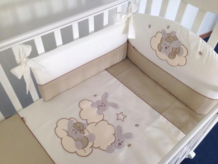 Комплект в кроватку Feretti Sestetto high Etoile (6 предметов)Sestetto high Etoile (6 предметов)Комплект в кроватку Feretti Sestetto high Etoile (6 предметов) привлекательный внешне и практичный набор постельных принадлежностей для самых маленьких.   Включает широкий бортик для кроватки, подушку, одеяло, пододеяльник, простыню на резинке и наволочку. Наполнителем для бортика, подушки и одеяла стало специальное гипоаллергенное натуральное волокно Ingeo, получаемое из ферментированной и полимеризированной кукурузы. Этот наполнитель имеет отличные показатели теплоизоляции, поддерживая постоянную температуру во время сна.   Текстильные же элементы комплекта изготовлены из Purista - натуральной ткани с бактериостатическими свойствами (препятствует развитию бактерий между волокнами). Помимо этого, здесь был применен целый ряд инновационных технологий, упрощающих уход за бельем. Декорирован комплект изящной вышивкой, аппликацией.   В комплекте: бампер наволочка одеяло пододеяльник подушка простынь на резинке Размер наволочки (ДхШ): 40 х 60 см Размер пододеяльника (ДхШ): 135 х 100 см Размер бортиков (ДхВ): 180 х 40 см<br>