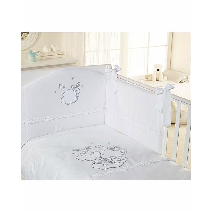 Комплект в кроватку Feretti Sestetto high long (с удлинителем) Etoile Brilliante (6 предметов)Sestetto high long (с удлинителем) Etoile Brilliante (6 предметов)Комплект в кроватку Feretti Sestetto high long (с удлинителем) Etoile Brilliante (6 предметов) привлекательный внешне и практичный набор постельных принадлежностей для самых маленьких.   Включает широкий бортик для кроватки, подушку, одеяло, пододеяльник, простыню на резинке и наволочку. Наполнителем для бортика, подушки и одеяла стало специальное гипоаллергенное натуральное волокно Ingeo, получаемое из ферментированной и полимеризированной кукурузы. Этот наполнитель имеет отличные показатели теплоизоляции, поддерживая постоянную температуру во время сна.   Текстильные же элементы комплекта изготовлены из Purista - натуральной ткани с бактериостатическими свойствами (препятствует развитию бактерий между волокнами). Помимо этого, здесь был применен целый ряд инновационных технологий, упрощающих уход за бельем.  В комплекте: бампер наволочка одеяло пододеяльник подушка простынь на резинке Размер наволочки (ДхШ): 40 х 60 см Размер пододеяльника (ДхШ): 135 х 100 см Размер бортиков (ДхВ): 180 х 40 см<br>