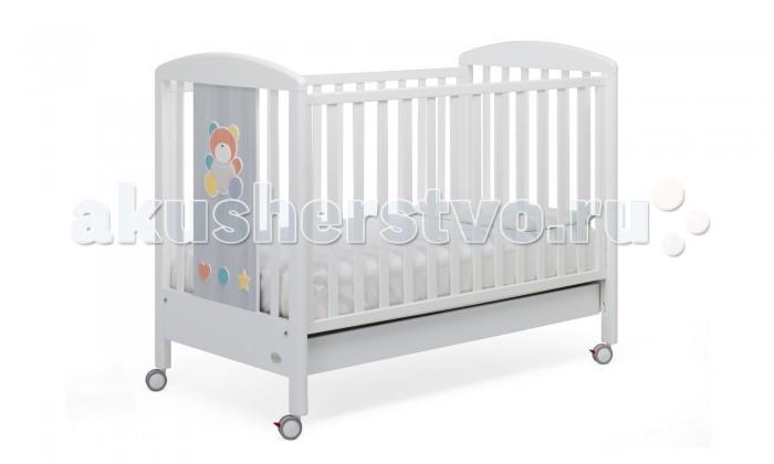 Детская кроватка Foppapedretti AllegraAllegraДетская кроватка Foppapedretti Allegra – это современные технологии и высокое качество материалов для самого комфортного и безопасного сна вашего малыша. Дно, регулируемое в двух положениях, и опускающаяся передняя стенка кроватки сделают ее использование максимально удобным для мамы.  Кроватка оснащена вместительным двухсекционным ящиком и прорезиненными колесиками с фиксаторами для ее легкого перемещения.   Отсутствие острых углов и идеальная обработка каркаса, современные экологически чистые материалы в соответствии с европейскими стандартами безопасности подарят малышу самые сладкие сны. А очаровательный разноцветный медвежонок на фасаде кровати наполнит детскую комнату теплом, счастьем и яркими красками!   Особенности изделия: Каркас кровати Allegra выполнен из сертифицированного массива бука – прочного и долговечного материала, лучшего для малыша первых лет жизни. Он покрыт специальными нетоксичными лаком и красками, полностью безопасными для ребенка.  Панель с яркой декоративной отделкой на спинке кровати из ЛДСП с безопасным покрытием, стойким к воде, механическим повреждениям, стиранию и выцветанию на солнце. Передняя стенка кровати легко регулируется в двух вариантах по высоте с помощью механизма «автостенка». Основание кровати Allegra регулируется в двух вариантах по высоте. В его верхнем положении кровать рекомендуется использовать с рождения до трех-четырех месяцев, пока ребенок не сможет подтянуться без посторонней помощи. Кровать подходит для матраса размером 125x65 см и толщиной до 12 см. Кроватка имеет большой удобный выдвижной ящик с двумя отделениями для хранения предметов, необходимых для ухода за ребенком. Мобильность модели обеспечивают четыре поворотных резиновых колеса, не царапающие поверхность пола. Для установки в неподвижном положении на двух из них имеются стопоры. Кровати Foppapedretti соответствуют самым строгим европейским стандартам безопасности, имеют жесткую систему контроля качества. В 