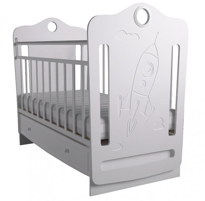 Детская кроватка Forest Space маятник поперечныйSpace маятник поперечныйДетская кроватка Forest Space маятник поперечный - с резьбой ввиде замка станет прекрасным украшением для комнаты Вашего малыша.  Кроватка оснащена маятниковым механизмом поперечного качания,обеспечивающий мягкие и плавные движения кроватки.  Регулируемое в двух положениях дно кроватки позволяет малышу проводить своё время с максимальным комфортом и является очень удобным для использованием родителями.  Особенности: Большой выдвижной ящик  Два положения ложа  Маятниковый механизм поперечного качания с фиксацией Опускающаяся стенка  Реечное дно  Размер спального места 120х60  Кроватку отлично дополнит комод Forest Space.<br>