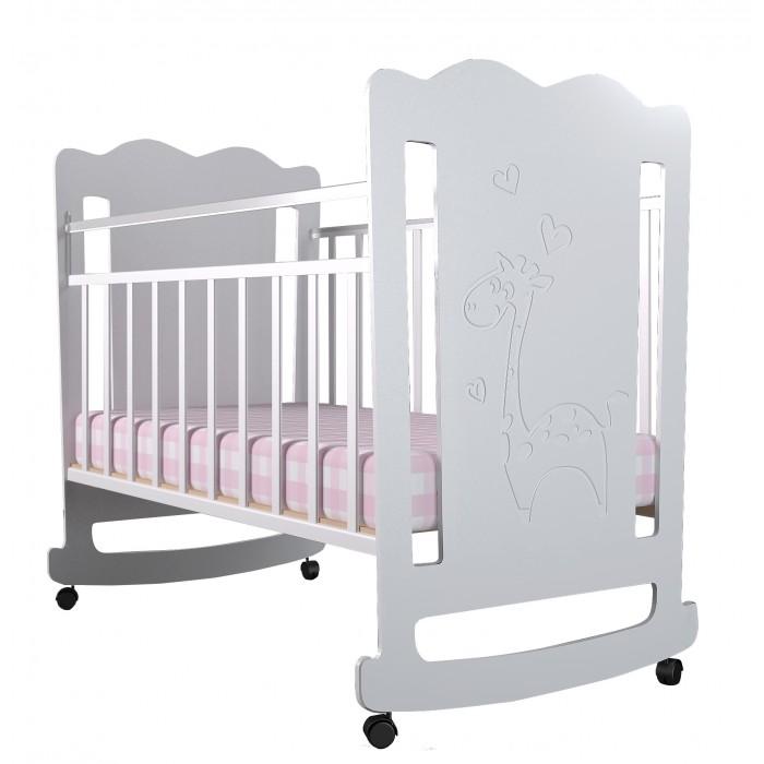 Детская кроватка Forest Lovely Giraffe (качалка)Lovely Giraffe (качалка)Детская кроватка Forest Lovely Giraffe - с резьбой в виде очаровательного жирафа станет прекрасным украшением для комнаты Вашей малышки.  Кроватка оснащена полозьями качания,обеспечивающими мягкие и плавные движения кроватки.  Регулируемое в двух положениях дно кроватки позволяет малышу проводить своё время с максимальным комфортом и является очень удобным для использования родителями.  Особенности:  Кроватка изготовлена из высококачественного, стандартизированного МДФ.  Полозья качания Опускающаяся стенка Реечное дно  Отсутствие острых углов и деталей Два положения ложа в кроватке для малыша до 3-х лет  Безопасная конструкция  Материал: МДФ, дерево (подматрасник). Размер спального места 120х60 Проста в сборке  Кроватку отлично дополнит комод Forest Lovely Giraffe.<br>