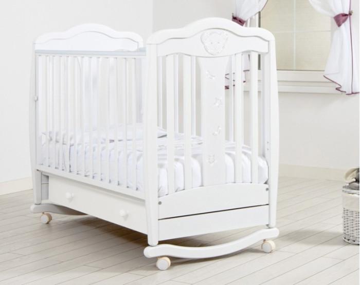 Детская кроватка Гандылян Мишель (качалка)Мишель (качалка)В декоре кроватки Мишель (качалка) присутствуют кристаллы Swarovski, украшая кроватку своим ярким блеском.  Особенности: - Кроватка оснащена дугами-полозьями для раскачивания и двумя парами колес на ножках, что облегчает ее перемещение в комнатном пространстве. - Дуги-полозья наделены ограничителями качания, делающими его амплитуду безопасной для ребенка. - Глянцевое покрытие поверхностей кроватки защищает кожу малыша от травмирования. Используемый для покрытия лак имеет водорастворимую основу и безопасен для младенца. Прозрачность лака подчеркивает уникальную фактуру буковой древесины. - Опускающаяся передняя стенка облегчает контакт матери с ребенком и имеет надежный механизм фиксации. - Дно кроватки может быть установлено в двух положениях по высоте. - Вместительный ящик для белья в основании выполнен из ДСП и снабжен шариковыми направляющими. - Верхние перекладины покрыты нетоксичными силиконовыми накладками.  Материал: массив бука. Размер матраса в кроватку: 120х60 см Размеры (ДхШхВ)  127x74x111 см<br>