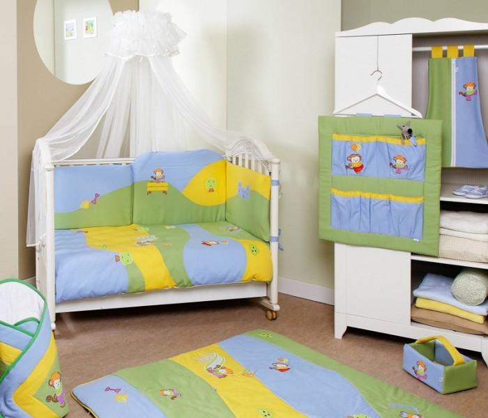 Комплект в кроватку Feretti Jolly Sestetto Long (6 предметов)Jolly Sestetto Long (6 предметов)Feretti является инновационной маркой натурального детского постельного белья из хлопка. Благодаря высокому качеству, богатству выбора форм и узоров каждый найдет что-нибудь для своего ребенка.  Особенности:  При производстве используется натуральный наполнитель Ingeo - волокно, получаемое в результате ферментации и полимеризации зерен кукурузы. Наполнитель из волокон Ingeo обеспечивает прекрасную теплоизоляцию, удерживая постоянную температуру во время сна ребенка. Бактериостатические ткани Purista замедляют развитие бактерий, и являются гипоаллергенными.  Система Easy Wash облегчает стирку борта в стиральной машине без риска нарушения наполнения.  Система Easy Iron - после того, как вытянете постельное белье из стиральной машины достаточно его только растянуть, а после того как высохнет не нужно гладить. Система Even Fill - равномерное размещение наполнения в одеялах, устраняющее «холодные зоны». Пуховые одеяла не вызывают аллергии. Изысканный дизайн. Приятные расцветки с забавными рисунками. Мягкие материалы не раздражают кожу ребенка.  Удобство и простота в использовании пододеяльник на молнии.  Простынка на резинке не позволит лишним складкам воздействовать на кожу ребенка. Качество материала обеспечивает лёгкость стирки и долговечность.    В комплекте: одеяло (100 х 135 см),  пододеяльник (100 х 135 см),  борт удлиненный (360 см) на всю кроватку (съемный чехол),  простыня на резинке,  подушка (40 х 60 см),  наволочка (40 х 60 см).  Материалы:  хлопок,  наполнитель на основе кукурузного волокна.<br>