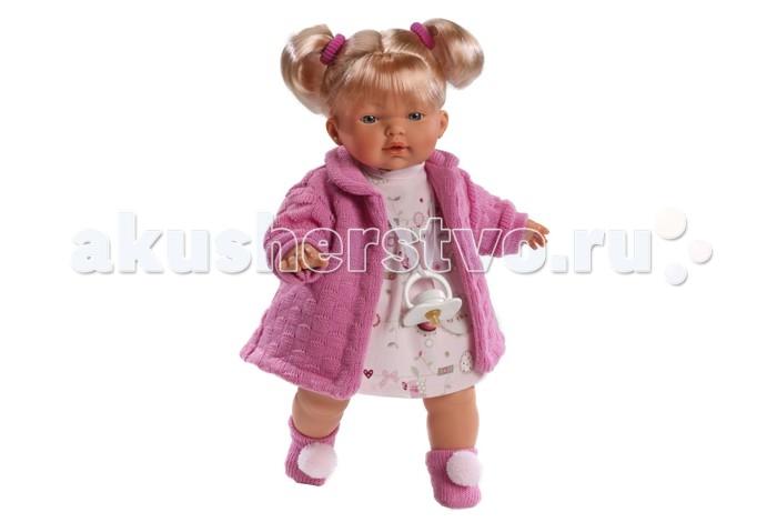 Llorens Кукла Кэрол 33 смКукла Кэрол 33 смLlorens Кукла Кэрол 33 см - очень нарядная и красивая, с пухлыми щечками и миловидным личиком, похожа на настоящую девочку.   У куклы мягконабивное тельце, а ручки, ножки и голова выполнены из безопасного материала ПВХ. Куколка удобного игрового размера - 33 см.   Стильный, яркий наряд, реалистичные черты лица, приятные на ощупь волосики не оставят равнодушной ни одну малышку.   У Кэрол светлые волосы, уложенные в два хвостика. Ее платье имеет узор с грибочками, на плечиках зеленый вязаный жакет. На ногах у Андрэа зеленые пинетки.   Кукла оснащена звуковым модулем: она умеет произносить слова «Мама» и «Папа». Для работы понадобятся 3 батарейки типа LR44 (входят в комплект).  В комплекте: кукла в одежде, соска-пустышка с цепочкой.  Перед эксплуатацией куклы расстегните на спинке одежду и удалите защитную пластину. Кукла работает на 3 батарейках AG13/LR44 (входят в комплект). Батарейный отсек расположен на спине куклы. Для замены батареек расстегните одежду на спинке куклы, с помощью крестовой отвертки откройте батарейный отсек, замените батарейки, закройте крышку батарейного отсека.  Упаковка - подарочная коробка.<br>