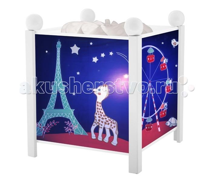 Trousselier Светильник-ночник в форме куба Sophie the giraffe ParisСветильник-ночник в форме куба Sophie the giraffe ParisСветильник-ночник в форме куба Trousselier Sophie the giraffe Paris помогает малышам заснуть. Большинство деток боятся спать при выключенном свете. Для спокойного сна малышам необходимо присутствие родителей, так как зачастую под влиянием детской фантазии они боятся и не любят оставаться на ночь одни. В связи с чем были придуманы и созданы ночники Мягко вращающаяся сцена успокаивающие воздействует на малыша, обеспечивая комфортное засыпание и спокойный сон.  Ночники Trousselier - идеальный аксессуар для детской комнаты. Нежный свет и красочные картинки создадут атмосферу уюта, успокоят и убаюкают кроху.  Характеристики: Классический ночник с вращающейся картинкой Цилиндр ночника вращается благодаря системе нагрева от лампочки 12 V 20 W, розетка E 14.C Размер: 17 см x 19 см  Материал: металлический корпус, деревянные ножки и углы, пластиковый, жароустойчивый цилиндр Поставляется в подарочной упаковке Соответствует нормам безопасности: CE EN 60598-2-10  Французский бренд Trousselier вот уже более 40 лет создает уникальные коллекции детских игрушек, товаров для дома и интерьера. Вся продукция изготовлена из натуральных материалов с соблюдением высоких европейских стандартов качества.<br>