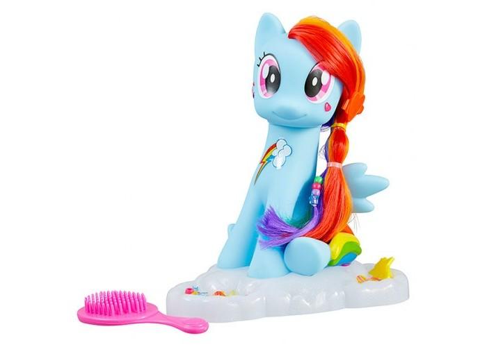 Май Литл Пони (My Little Pony) Набор Студия стиляНабор Студия стиляНабор Студия стиля My Little Pony содержит в себе множество замечательных аксессуаров, которые позволят маленькой моднице создавать стильные прически.  Фигурка пони Рэйнбоу Дэш из сериала My Little Pony просто очаровательна и в точности повторяет внешний вид мультяшки. Ее грива радужного цвета!   Благодаря аксессуарам входящим в комплект маленькая поклоница сериала сможет украсить пони на свой вкус.   В набор входят наклейки, расчески заколки, стразы разных цветов.<br>