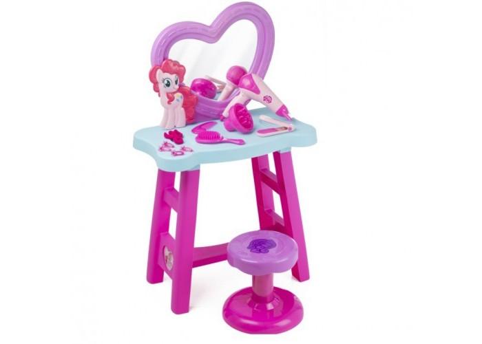 Май Литл Пони (My Little Pony) Набор Туалетный столикНабор Туалетный столикНабор Туалетный столик My Little Pony понравится каждой поклоннице всемирно популярного мультсериала My little Pony.   Он содержит в себе множество замечательных аксессуаров, которые позволят маленькой моднице почувствовать себя красавицей. С таким набором она будет целыми днями увлечена созданием своего неповторимого стиля.   В комплекте есть трюмо с зеркалом, стульчик, фен, утюжок для волос и многое другое. Все это выполнено в красивом фиолетово-розовом цвете в стиле мультсериала.  Столик оснащен множеством аксессуаров для стайлинга волос, включая фен, работающий от батареек, игрушечный выпрямитель волос, щетка и расческа, заколки и резинки для волос.  В наборе 14 элементов.  Фен работает от батареек: 1х1,5 VAA/LR6 (В комплект не входит).   Юные модницы, играя с этим красочным набором, смогут научиться делать удивительные прически и заплетать косички, а также развить чувство вкуса и стиля.<br>