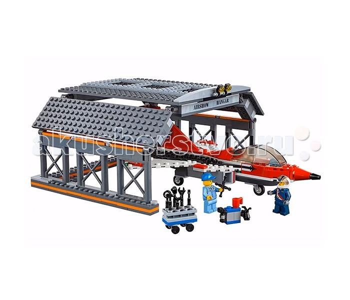Конструктор Lego Город АвиашоуГород АвиашоуLego City Город Авиашоу состоит из 670 деталей, в комплект входят 6 мини-фигурок.  С конструктором Лего Сити ты можешь устроить самое настоящее авиашоу! Два современных самолета и один раритетный покажут высшие фигуры пилотажа - очень захватывающее зрелище! После полета обязательно попроси механика провести проверку - все ли системы в норме, а после заведи самолеты в ангар - пусть дожидаются следующего представления!  Ангар, 3 самолета, служебный автомобиль Колеса самолетов подвижны У раритетного самолета вращается пропеллер 6 мини-фигурок Аксессуары<br>