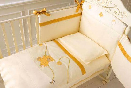 Комплект в кроватку Baby Expert Bijoux(4 предмета)Bijoux(4 предмета)Комфортный комплект белья Bijoux для детской кроватки выполнен из высококачественного хлопка. прекрасное сочетание стиля и нежности создают комфорт Вашему малышу и обеспечат ему спокойный и здоровый сон.  В комплекте: - пододеяльник - наволочка - одеяло - бампер<br>