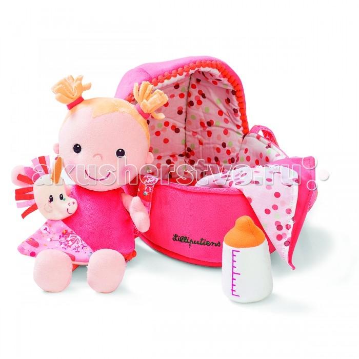 Lilliputiens Мягкая куколка в переноске с игрушкойМягкая куколка в переноске с игрушкойМягкая куколка в переноске с игрушкой  Куколка очень ждёт твоих объятий.   В удобной переноске ты всегда можешь её взять с собой на прогулку.  Ухаживайте за вашей любимой куклой: дайте ей бутылочку, разденьте, поменяйте подгузник  и положите ее в уютную кроватку.  Рекомендации по уходу: Машинная стирка при 30°C (деликатный режим) Не сушить в стиральной машине  Вес: 540 г Размеры: 18.5 x 8.5 x 27 см<br>