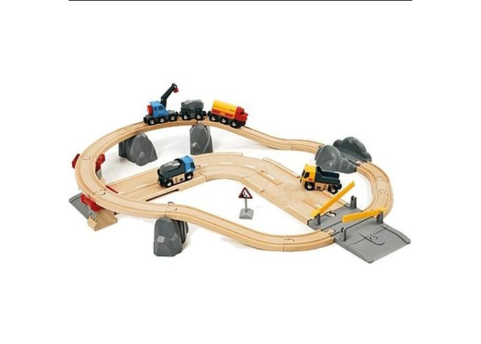 Brio Железная дорога с автодорогой и переездомЖелезная дорога с автодорогой и переездомBrio Железная дорога с автодорогой и переездом подарит массу радости и удовольствия Вашему ребёнку.  Особенности: Это набор средней величины, который состоит из 32 элементов и представляет собой практически полноценную транспортную сеть.  Локомотив ездит по железной дороге и перевозит грузы: для этого у него есть грузовой вагон и вагон с подъемным краном, снабженным магнитом. Ребенок сможет поднимать и перемещать любые не слишком тяжелые грузы, у которых есть металлические элементы. Так, в наборе уже присутствуют каменные блоки, которые нужно перевезти с места добычи до места назначения. Железная дорога держится на опорах в виде скал – всего их три. По автотрассе, которая располагается под железной дорогой, ходят грузовые самосвалы – в комплект входит две машинки.  Специальный переезд поможет самосвалам подъехать к локомотиву, чтобы тот смог перенести груз из машин в вагон. Переезд оборудован шлагбаумами, которые поднимаются и опускаются – все по-настоящему!  Рядом с автотрассой можно установить дорожный знак, предупреждающий водителей о камнепадах. Автотрасса также оборудована съездом – закончив свою работу, самосвалы могут отправиться на отдых.  У машинок поднимаются и опускаются кузов и кабинка. Как самосвалы, так и локомотив не могут передвигаться сами – для этого ребенок должен их катать. Интересный игровой набор надолго завладеет вниманием детей и позволит придумать множество сюжетных игр.  Комплект: железная дорога, автомобильная трасса ,2 грузовые машинки, поезд с грузом и подъемным краном с подъемником на магните, железнодорожный переезд.  Размер игрушки: 59 х 56 см<br>