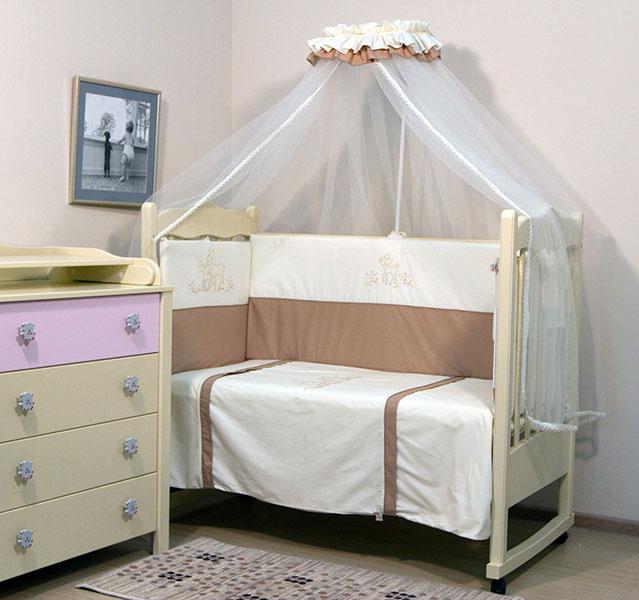 Комплект в кроватку Топотушки Бамбино (7 предметов)Бамбино (7 предметов)Комплект в кроватку для новорожденных Топотушки Бамбино  выполненный в универсальным нежном белом цвете прекрасно подойдет как для мальчика для и для девочки , выполненный из качественного 100% хлопка он подарит мягкость и нежность вашему малышу во время сна , и станет прекрасным украшением для любой детской .    В комплект входит:   борт 360х50 подушка 60х40 наволочка 60х40 балдахин микросетка 450х150 одеяло 140х110 пододеяльник 147х110 простынь 120х60<br>