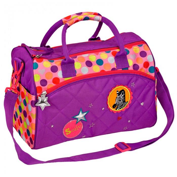 Spiegelburg Спортивная сумка Bunte Punkte 11856Спортивная сумка Bunte Punkte 11856Спортивная сумка Bunte Punkte сделана из прочной и качественной ткани, которая выдерживает высокие нагрузки и не пропускает влагу. Она окрашена в сиреневый цвет и украшена разноцветными кружочками, а также вышивкой с зеброй. У сумки есть удобные ручки. Основной отсек закрывается на молнию. Внутри 2 отделения - одно для одежды, другое для обуви. По бокам также есть карманы.  Длину плечевого ремня можно поменять, а его самого отсоединить.   Особенности:   Размер: 35 x 25 x 20 см<br>