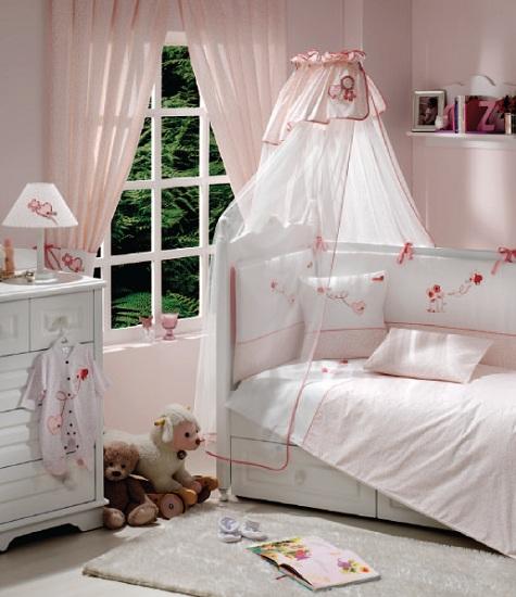 Комплект в кроватку Funnababy Grandma 120х60 (5 предметов)Grandma 120х60 (5 предметов)Комплект для кроватки Funnababy Grandma - высококачественное белье, которое изготавливается из 100% хлопка с наполнителем: силикон.   Белье имеет красивый дизайн, оно украсит кроватку и подарит малышу уютный и здоровый сон.   В комплекте:  Пододеяльник - 100х130 см.  Одеяло - 100х130 см.  Бампер из 4 частей - 120(2)х60(2)  Простынка на резинке  Наволочка - 40х60 см    Особенности:   комплект постельного белья в детскую кроватку из натурального хлопка  постельное белье подойдёт для детской кроватки размером 120х60 см  в дизайне используется авторская вышивка и декоративное шитьё  спокойные и приятные цвета ткани с забавными рисунками не будут раздражать и утомлять глазки вашего ребёнка  нежные и мягкие материалы не будут раздражать нежную кожу ребёнка и не доставят ему неудобства  постельный комплект изготовлен из натуральных и гипоаллергенных тканей, которые создают комфортные условия для спокойного сна Вашего ребёнка  для наполнения защитного бампера, одеяла и подушки используется только экологически чистый наполнитель  данный комплект имеет 4-х сторонний защитный бампер, который защищает Вашего малыша по всему периметру кроватки  простынь с резинкой, которая помогает надежно закрепить ее на матрасе  белье легко стирается в режиме деликатной стирки при температуре 30&#186;С  комплект постельного белья сертифицирован и абсолютно безопасен для новорождённого малыша<br>