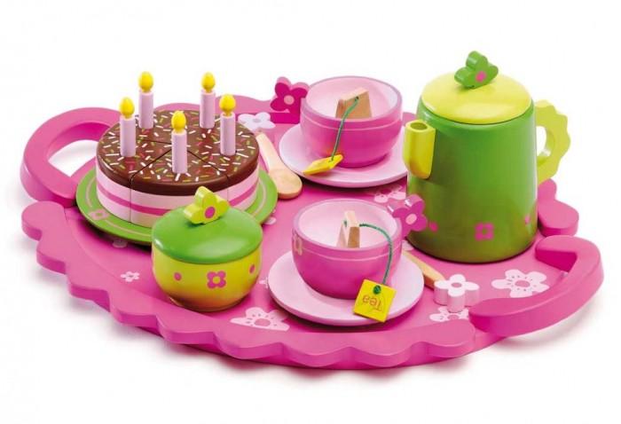 Djeco Столовый набор День рожденияСтоловый набор День рожденияDjecoСтоловый набор День рождения.  Праздничный cтоловый набор День рождения на 2 персоны с тортиком и яркими предметами станет прекрасным подарком для девочек.Зеленые чайник и сахарница оформлены симпатичными розовыми цветами, те же детали повторяются на ложечках и чашках.На удобном розовом подносе размещаются чашки с блюдцами, чайник, сахарница, торт со свечками. Столовый набор изготовлен из натурального дерева, все предметы раскрашены яркими безопасными для здоровья ребенка красками.   В комплект входит:  тортик  разрезанный на 5 частей  со свечками  2 чашечки с блюдцами 2 чайных пакетика  2 чайные ложки  сахарница чайник поднос.<br>