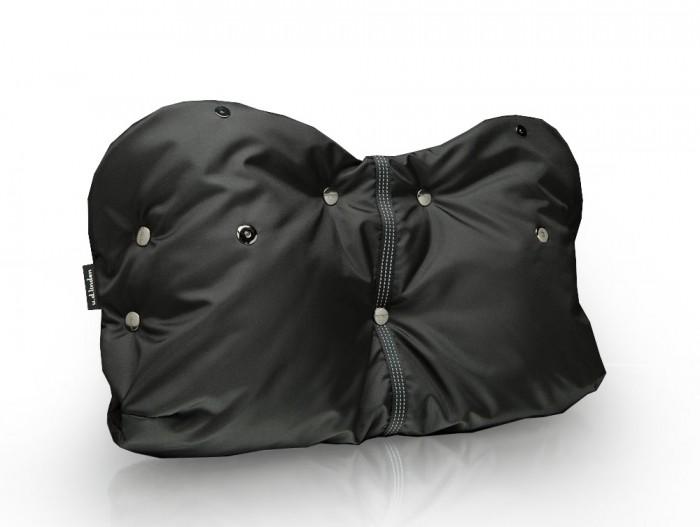 u.d.Linden Муфта для рук Black-fleeceМуфта для рук Black-fleeceu.d.Linden Муфта для рук Black-fleece заботится о тепле ваших рук и позволит вам дольше находиться на улице с малышом в прохладную, ветреную и влажную погоду.  Муфта подходит практически для всех моделей колясок с одной ручкой. Легко стирается в стиральной машине и не требует особого ухода. Незаменимый аксессуар для коляски.  Особенности: уникальная конструкция с отворотными манжетами на магнитных кнопках, дополнительные накладки на ручку коляски,  регулируемый размер,  светоотражающая стропа,  наружная непромокаемая ткань нейлон 100%, у паковано в подарочную коробку,  усиленные центральные кнопки extra strong.<br>