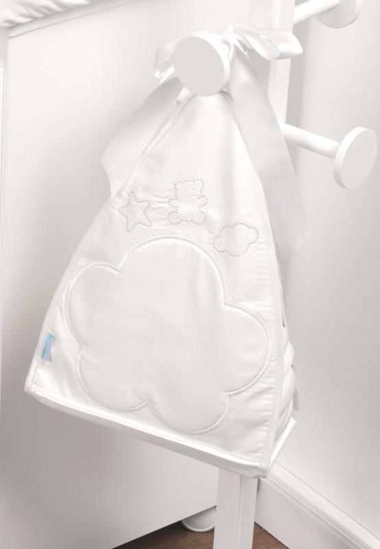 Micuna Мешок для мелочей JulietteМешок для мелочей JulietteМешок Micuna Juliette для мелочей Натуральный хлопок самой тонкой выделки, мягкий и гипоаллергенный, не раздражающий самую чувствительную детскую кожу – текстильная коллекция Micuna создана специально для малышей. Нежные и приятные на ощупь ткани окутают ребёнка заботой и будут охранять его покой в минуты чуткого сна. Текстильные комплекты и аксессуары выполнены из 100% хлопка, в качестве наполнителя для мягких бортов и подушечек используется холлофайбер. Это полиэстеровое волокно, скрученное в пружинки, более практично и обладает большей теплоизоляцией, нежели полиэстер. Весь текстиль Micuna хорошо стирается и быстро сохнет, что особенно важно в первые месяцы жизни малыша.   Особенности:  Съёмный мешок для хранения игрушек и других мелких предметов Крепится с помощью вешалки Экологически чистые, натуральные материалы<br>