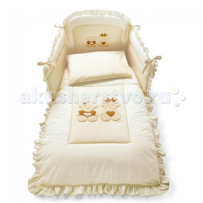Комплект в кроватку Pali Caprice Royal (4 предмета)Caprice Royal (4 предмета)Набор белья 4 предмета Caprice Royal Pali - выполнен в общем стиле коллекции Pali Caprice Royal, гармонично впишется и украсит интерьер комнаты. Изготовлен из натурального, гипоаллергенного материала – 100% хлопка.   Украшена аппликацией в верхней части в виде мишки. Рекомендуется для кроватки с размером: 125 х 65 см.   Комплекты отличаются высоким качеством пошива. Благодаря устойчивым красителям, белье сохраняет насыщенность красок и безупречный вид после стирки.  Белье выполнено их 100% хлопка и украшено аппликациями  В комплекте:   бампер одеяло-покрывало 125 х 87 см с синтепоновым наполнением простынка наволочка 59 х 38 см   Простынь не на резинке.<br>