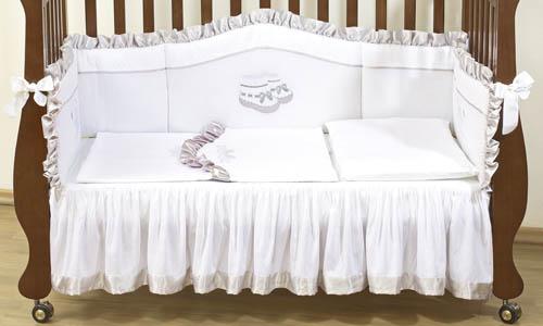 Комплект в кроватку Giovanni Silver 120х60 (4 предмета)Silver 120х60 (4 предмета)Набор постельного белья для новорожденных Silver 120х60 (4 предмета). Стильный дизайн, натуральные и безопасные материалы, сочетание спокойных и мягких пастельных тонов, декорирован вышивкой и атласной отделкой. Бампер длиной 240 см можно установить как в изголовье кроватки в варианте для новорожденного, так и в варианте диванчика для подросшего малыша. Простынь на резинке не позволит складкам воздействовать на кожу ребенка, а юбка придаст изысканный внешний вид детской кроватке.   - Бампер защитный (длина 240см)  - Пододеяльник 110x130 см  - Наволочка 60x40 см  - Простынь на резинке с юбкой (для кроватки 120x60 см)  - Состав: 100% хлопок, наполнитель: холлофайбер<br>