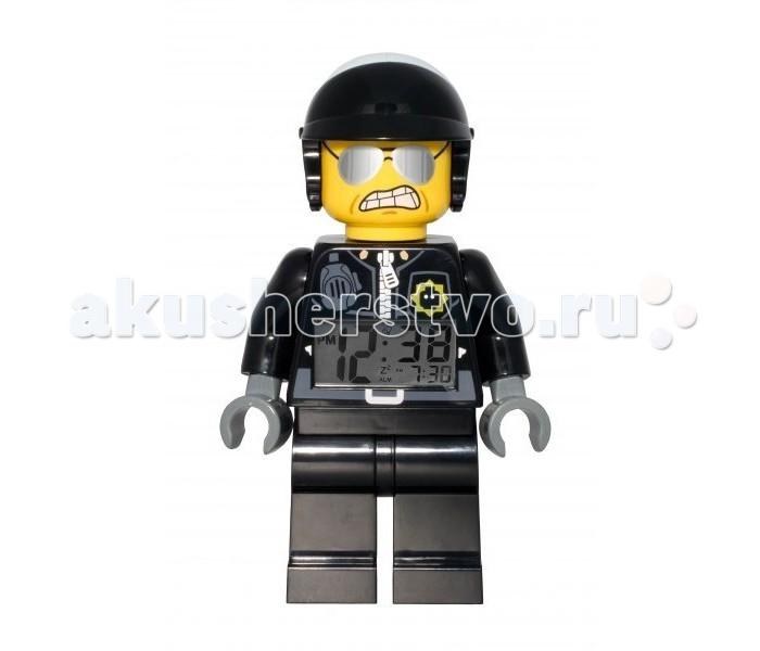 Часы Clic Time Будильник Lego Movie минифигура Bad CopБудильник Lego Movie минифигура Bad Cop«Лего. Фильм» (англ. The Lego Movie) —американский мультфильм Фила Лорда и Криса Миллера. Главные персонажи фильма представлены  в нашей коллекции!   Будильник Lego Movie минифигура Bad Cop)  Если Ваш ребенок не любит вставать по утрам, а монотонные звуки будильника вызывают у него слезы или апатию, то утреннее пробуждение необходимо сделать игрой. Для этого отлично подойдет красивый будильник от Лего.   Новая яркая игрушка вызовет у вашего ребенка восторг и интерес, а изображение любимого героя вдохновит на подвиги. Применив немного фантазии, отход ко сну и утреннее пробуждение станут веселой игрой, к которой с удовольствием подключится Ваш ребенок.   Игрушка сделана в виде минифигурки, оснащена удобным цифровым дисплеем с подсветкой и функцией отсрочки звукового сигнала.<br>
