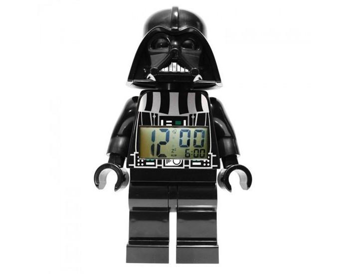 Часы Lego Будильник Lego Star Wars минифигура Darth VaderБудильник Lego Star Wars минифигура Darth VaderБудильник Lego Star Wars минифигура Darth Vader  Если Ваш ребенок не любит вставать по утрам, а монотонные звуки будильника вызывают у него слезы или апатию, то утреннее пробуждение необходимо сделать игрой. Для этого отлично подойдет красивый будильник от Лего.   Новая яркая игрушка вызовет у вашего ребенка восторг и интерес, а изображение любимого героя вдохновит на подвиги. Применив немного фантазии, отход ко сну и утреннее пробуждение станут веселой игрой, к которой с удовольствием подключится Ваш ребенок.   Игрушка сделана в виде минифигурки, оснащена удобным цифровым дисплеем с подсветкой и функцией отсрочки звукового сигнала.<br>
