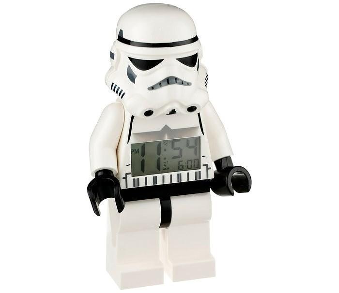 Часы Lego Будильник Lego Star Wars минифигура Storm TrooperБудильник Lego Star Wars минифигура Storm TrooperБудильник Lego Star Wars минифигура Storm Trooper  Если Ваш ребенок не любит вставать по утрам, а монотонные звуки будильника вызывают у него слезы или апатию, то утреннее пробуждение необходимо сделать игрой. Для этого отлично подойдет красивый будильник от Лего.   Новая яркая игрушка вызовет у вашего ребенка восторг и интерес, а изображение любимого героя вдохновит на подвиги. Применив немного фантазии, отход ко сну и утреннее пробуждение станут веселой игрой, к которой с удовольствием подключится Ваш ребенок.   Игрушка сделана в виде минифигурки, оснащена удобным цифровым дисплеем с подсветкой и функцией отсрочки звукового сигнала.<br>